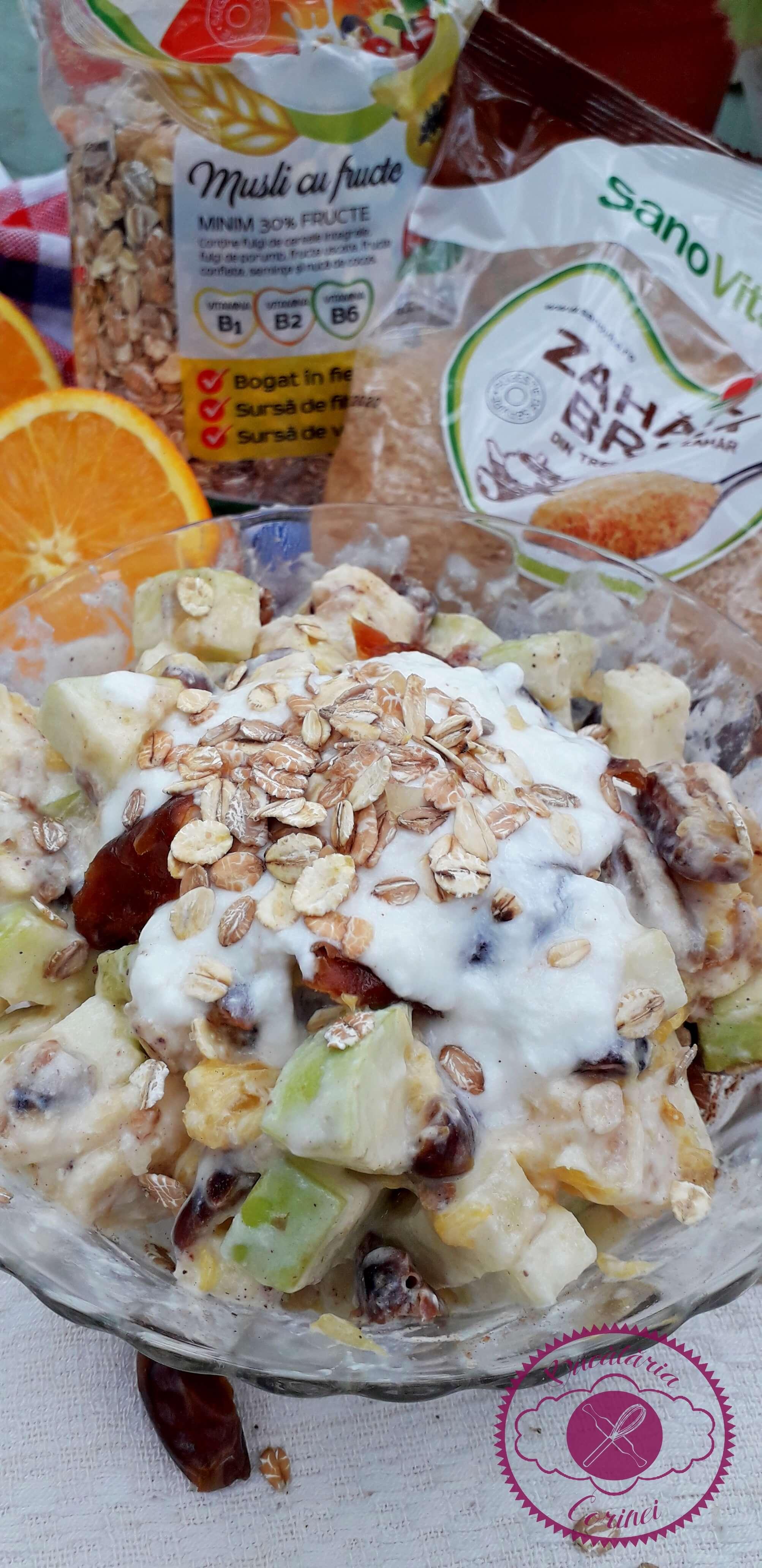Salata de fructe cu musli si iaurt